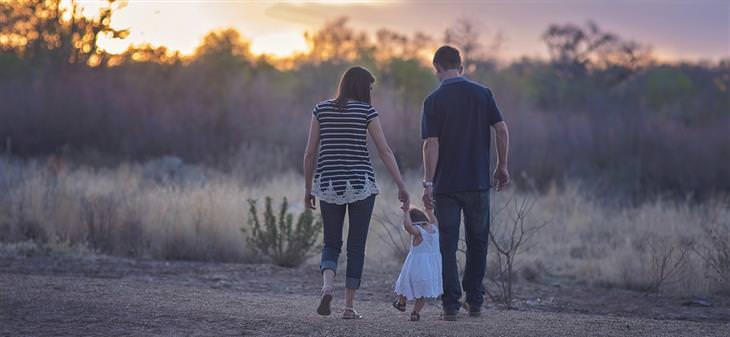 טיפים לשיפור תהנהגות הילדים: הורים הולכים עם בתם יד ביד