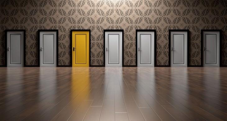 דברים שחשוב לזכור כשדברים נמצאים מחוץ לשליטתכם: שורה של דלתות