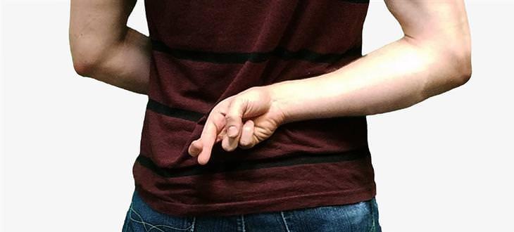 מניפולציות רגשיות: אדם משלב אצבעות מאחורי גבו