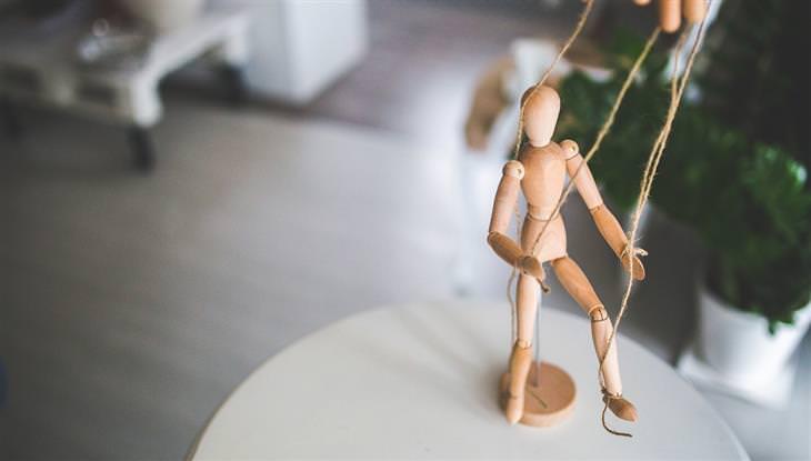 מניפולציות רגשיות: בובה נשלטת על ידי חוטים
