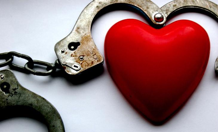 מניפולציות רגשיות: לב בתוך אזיקים