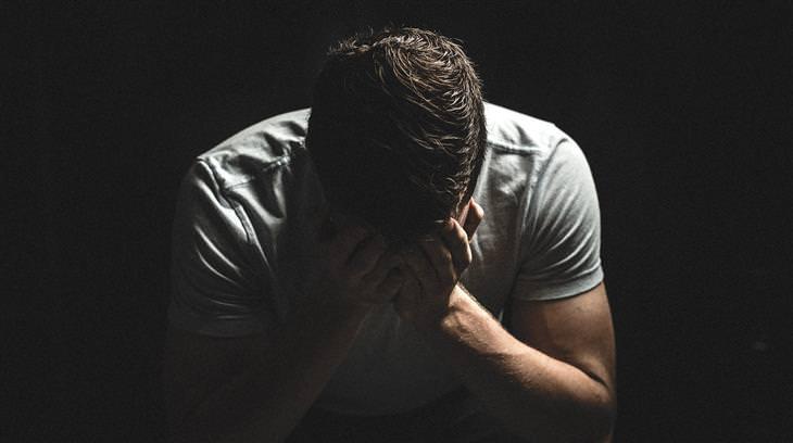 מניפולציות רגשיות: איש יושב עם פניו בתוך ידיו