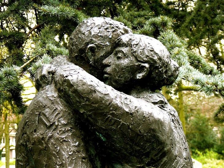 דברים שחשוב לזכור כשדברים נמצאים מחוץ לשליטתכם: פסל של גבר ואישה מתחבקים