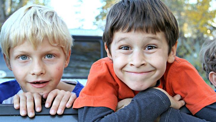 איך לכוון את הילדים להצלחה על פי תפקידם בכיתה: ילדים מחייכים