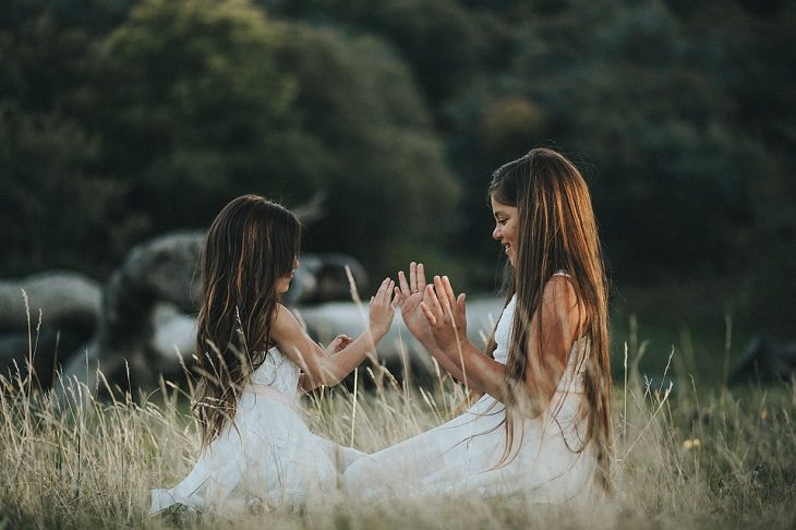 דברים שחשוב ללמד ילדים להיזהר מהם: שתי ילדות משחקות בחוץ