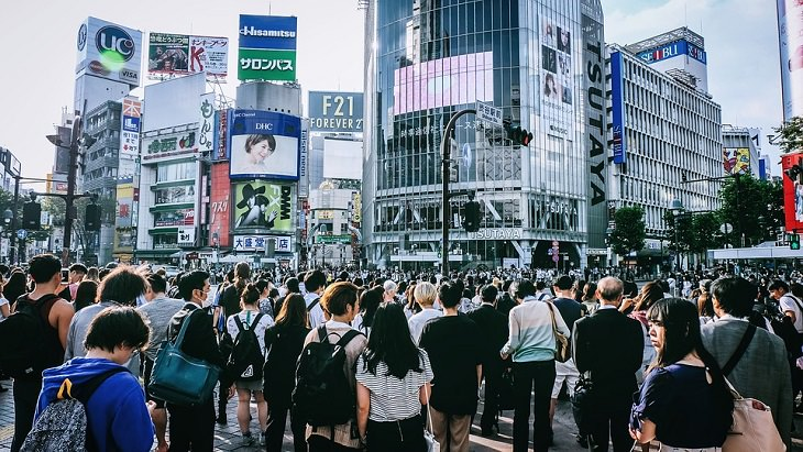 דברים שחשוב ללמד ילדים להיזהר מהם: קהל רב של אנשים ברחוב