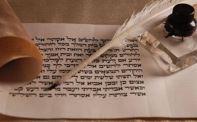 """בחן את עצמך - עברית מקראית: פסוקי תנ""""ך כתובים על קלף ליד נוצה"""
