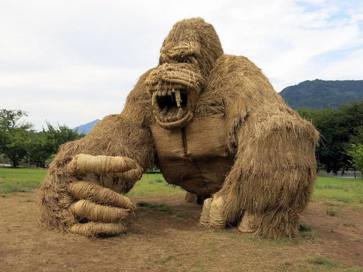 פסטיבל ווארה, יפן , לפסלי חיות העשויים מגבעולי קש אורז: פסל גורילה
