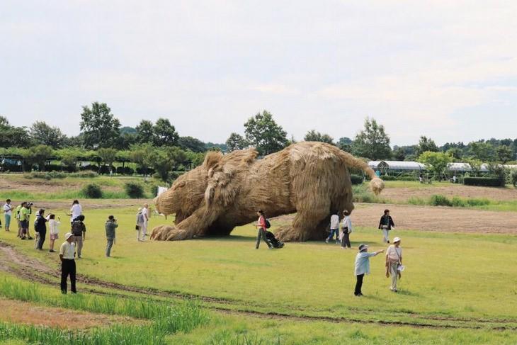 פסטיבל ווארה, יפן , לפסלי חיות העשויים מגבעולי קש אורז: פסל אריה סביב מבקרים