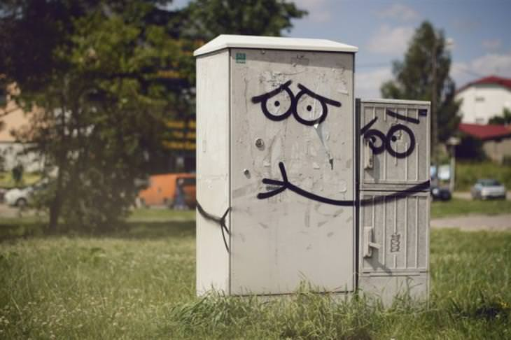"""יצירות גרפיטי שמשדרגות את הרחובות: שני ארונות חשמל שעליהם מצוירות עיניים, והאחד """"מחבק"""" את השני"""