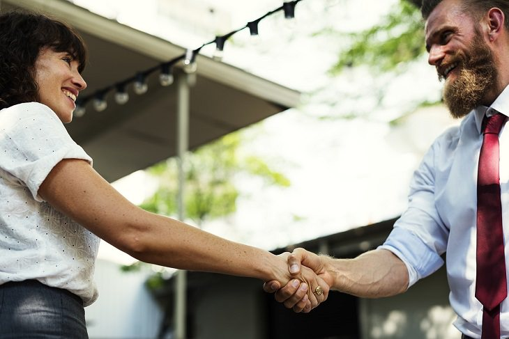 שיטות לשיפור הזכרון: גבר ואשה לוחצים ידיים