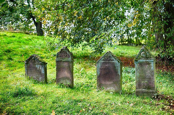 בדיחה על קבורה בירושלים: ארבע מצבות זו לצד זו