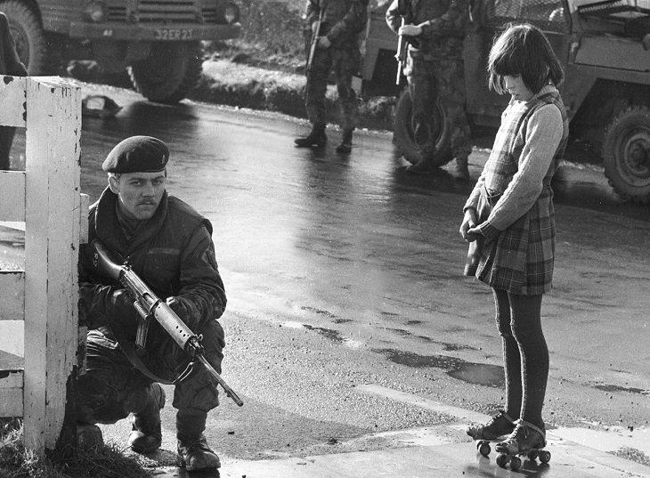 """תמונות היסטוריות מעניינות: חייל בריטי לצד ילדה אירית במהלך אירועי """"יום ראשון העקוב מדם"""""""