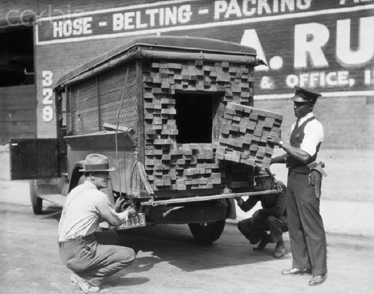 """תמונות היסטוריות מעניינות: אנשי חוק חושפים משאית להברחת אלכוהול בארה""""ב"""