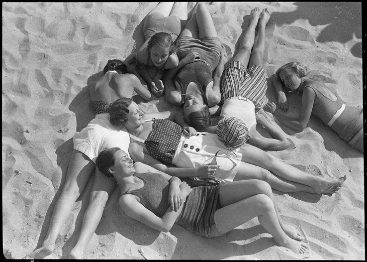 תמונות היסטוריות מעניינות: חבורת בנות דניות על חוף הים