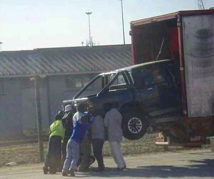 דברים מצחיקים שרואים רק באפריקה: גברים מרימים רכב לתוך משאית