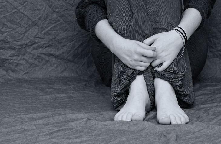 השפעות שליליות של קולה על הגוף: ידיים כרוכות סביב רגליים