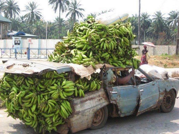 דברים מצחיקים שרואים רק באפריקה: מכונית ישנה עמוסה בבננות