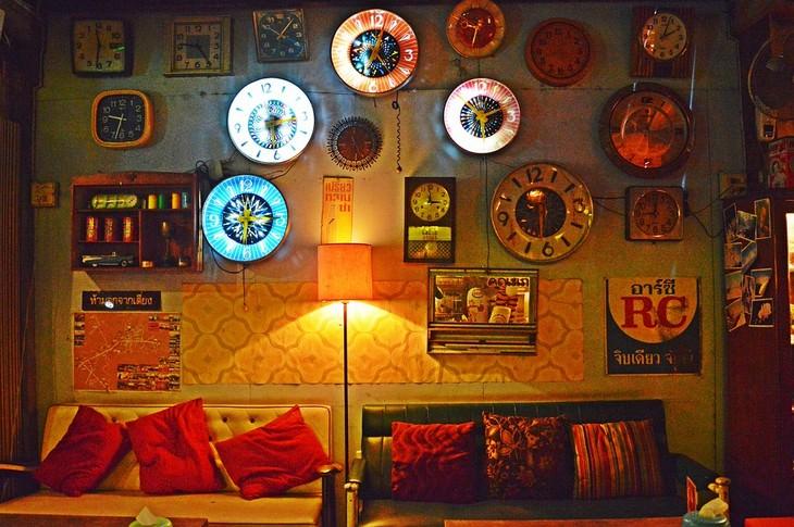 סודות של משפחות מאושרות: חדר עם מנורה עם אור עמום