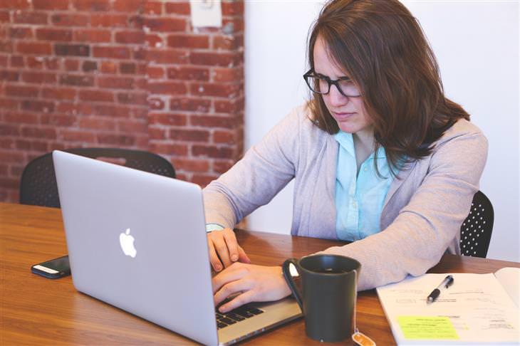 תוכנה לאיתור ומחיקת קבצים כפולים מן המחשב: אשה יושבת מול המחשב