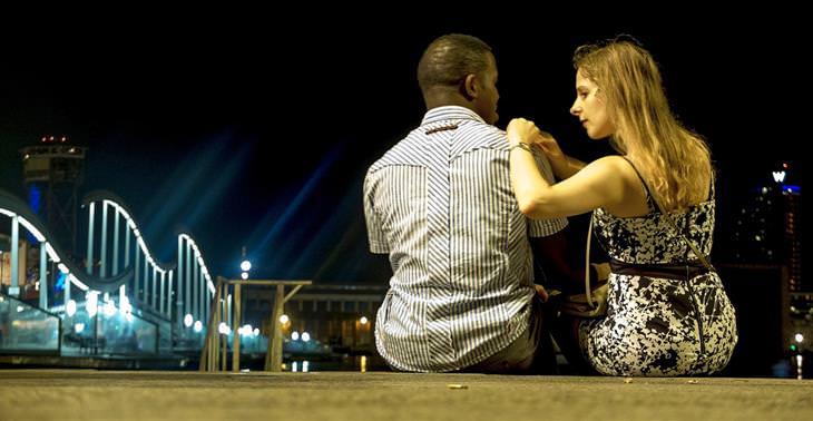איך להתפשר נכון במערכת היחסים: בני זוג יושבים ומדברים ברחוב