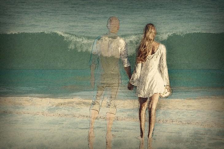 דברים שעושים בלי לשים לב שפוגעים בזוגיות: איור של זוג על פני הים