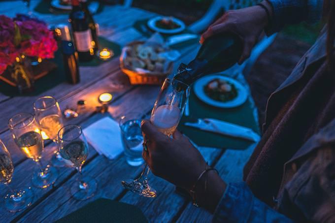 אישה מוזגת שמפניה לכוס