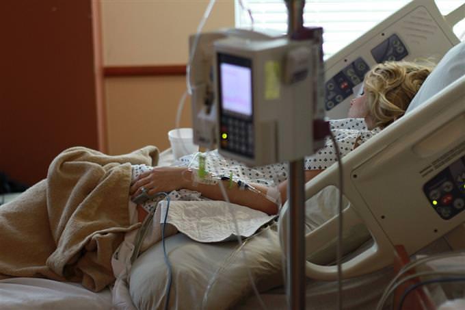 אישה במיטת בית חולים