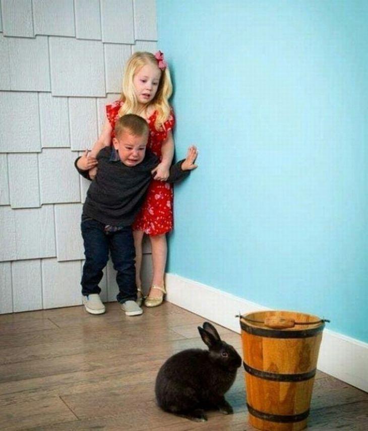ילדים הם עם מוזר: צמד ילדים שמפחדים מארנב