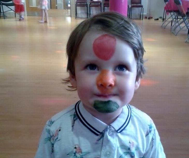 ילדים הם עם מוזר: ילד עם איפור רמזור על הפנים