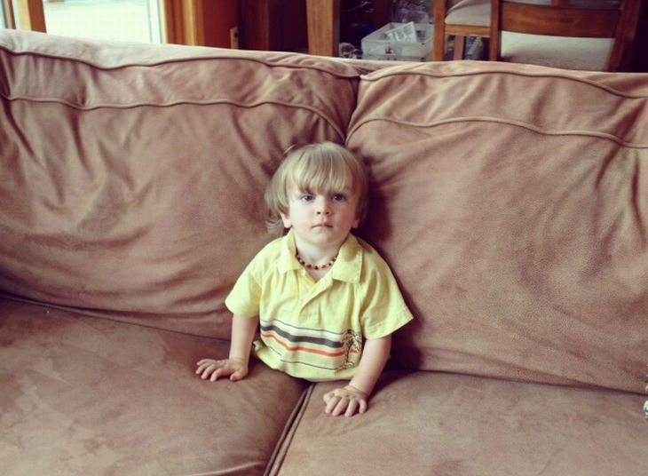ילדים הם עם מוזר: ילד תקוע בין כריות ספה