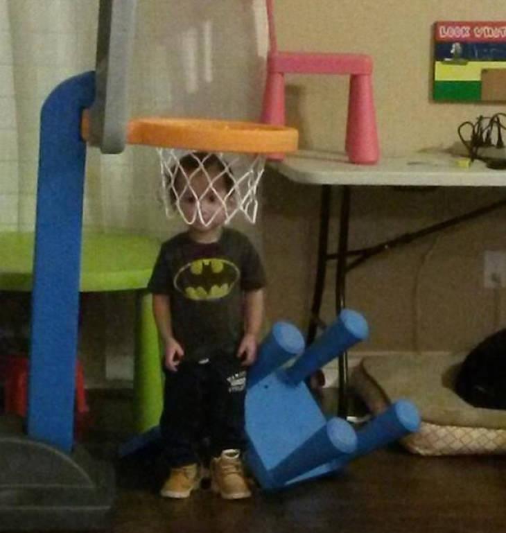 """ילדים הם עם מוזר: ילד """"מתחבא"""" בתוך סל של כדורסל"""