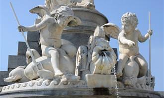 בחן את עצמך: פסל של מלאכים מתקשרים ביניהם