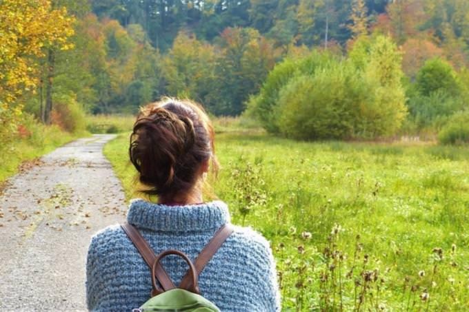 בחן את עצמך: אישה מתבוננת לעבר שדה ירוק עם שביל