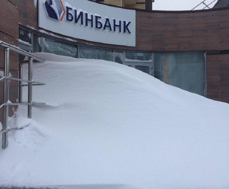 תמונות של איתני טבע: בית עסק שדלתו כוסתה בשלמתה על ידי שלג