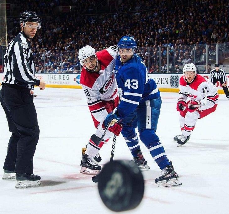 אנשים שעוברים יום גרוע: דיסקית הוקי עומדת לפגוע בצלם במהלך משחק