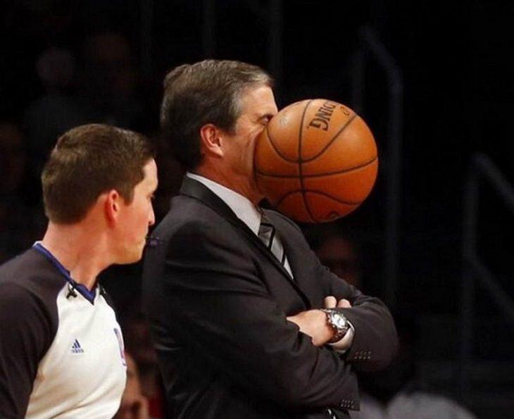אנשים שעוברים יום גרוע: מאמן כדורסל מקבל כדור לפנים