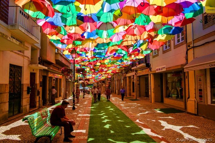 הרחובות היפים ביותר בעולם: רחובות העיר אגוודה מוצללים בעזרת שלל מטריות
