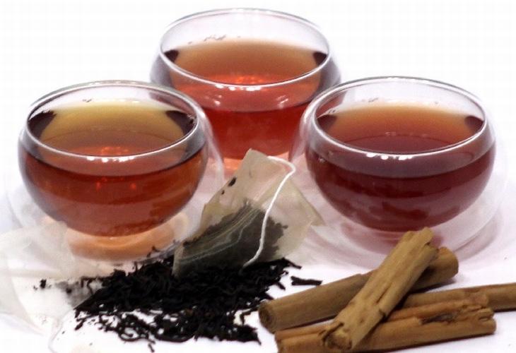 מאכלים שיקלו על כאב הגרון שלכם: כוסות תה ומקלות קינמון
