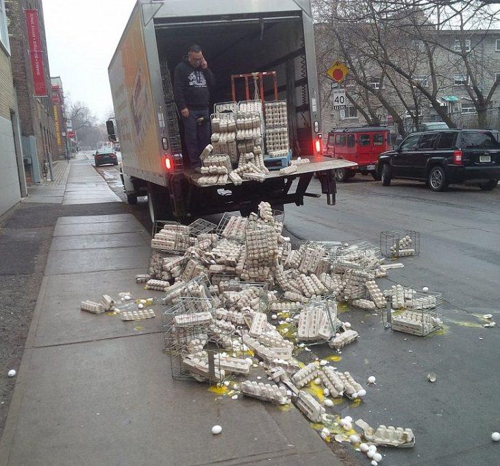 אנשים שעוברים יום גרוע: קרטונים של ביצים שנפלו ממשאית