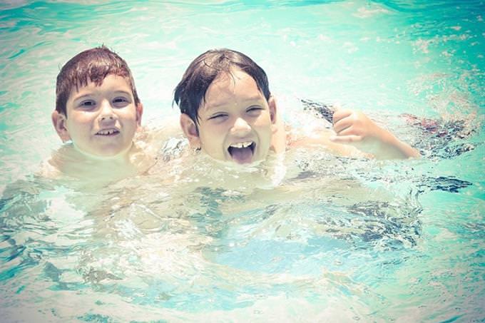 שני ילדים בבריכת שחייה