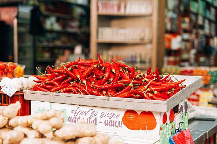 מחקר על ההשפעה של מזון חריף על חשק למלוח ומתוק: ארגז של פלפל חריף מוצב על דוכן בשוק