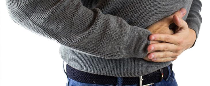 סימני אזהרה לפני התמוטטות עצבים: איש אוחז בבטנו