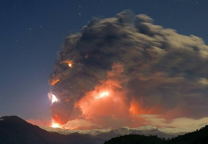 תמונות מדהימות שלא עברו עריכה: התפרצות הר הגעש פויווה-קורדון קאויה בצ'ילה, כשהעשן שיוצא מההר נראה כמו פנים