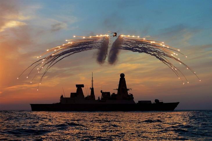 תמונות מדהימות שלא עברו עריכה: מטוס מפזר זיקוקים מעל לספינה