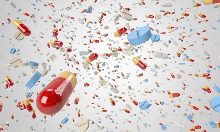 תוספים מזיקים לוויטמינים ותוספי מזון: גלולות וכדורים עפים לעבר המצלמה