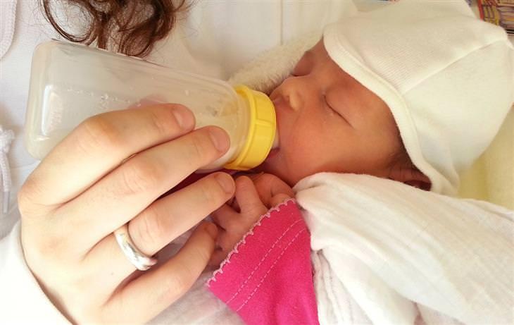 חוקי הורות שאפשר להתעלם מהם: אמא מאכילה תינוק מבקבוק