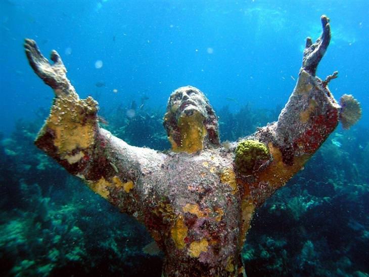 תמונות מדהימות שלא עברו עריכה: פסל ישו מתחת למים