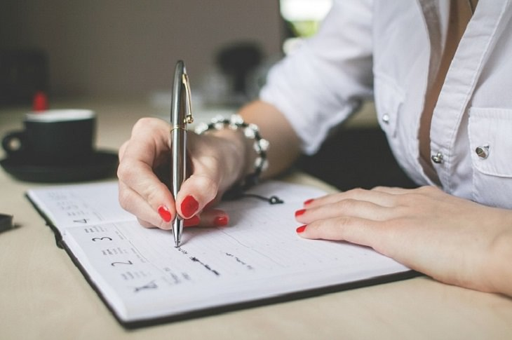 טריקים לשיפור תפקידי המוח והגוף: אשה כותבת ביומן