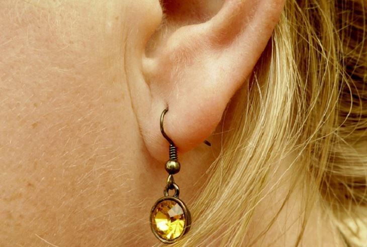 טריקים לשיפור תפקידי המוח והגוף: אוזן נשית עליה תלוי עגיל